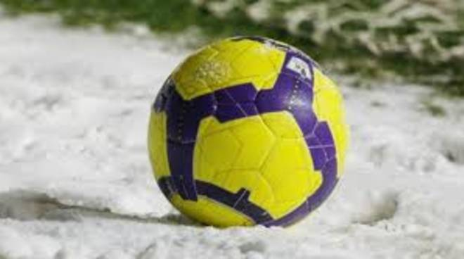 pallone su campo innevato