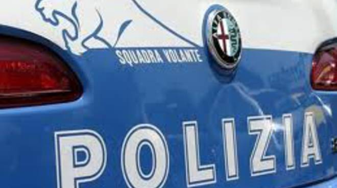 scritta polizia volante su retro auto
