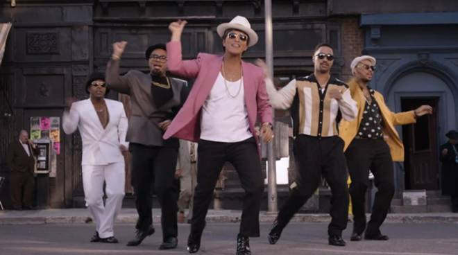 LA CLASSIFICA Bruno-Mars-and-Mark-Ronson-Take-Uptown-Funk-to-The-Streets