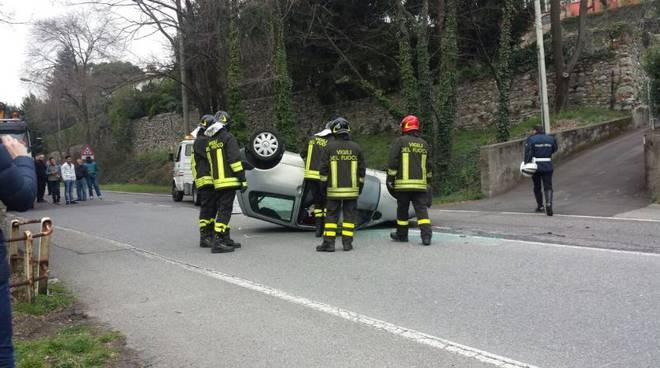 auto ribaltata con pompieri