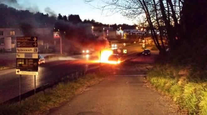 auto in fiamme albese
