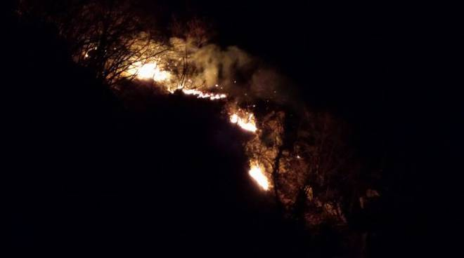 fiamme notte alto lago