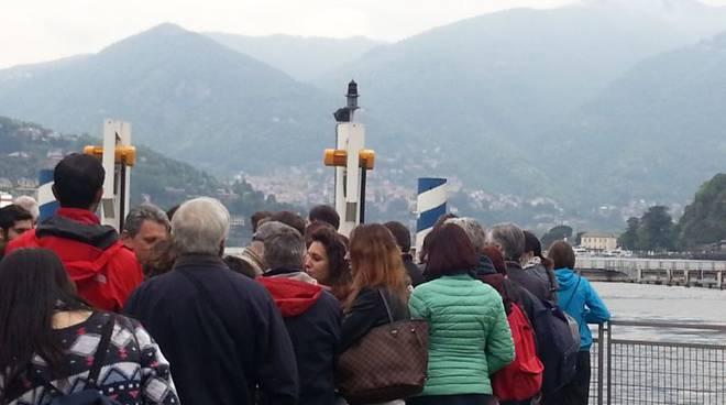 turisti per battello 25 aprile spalle
