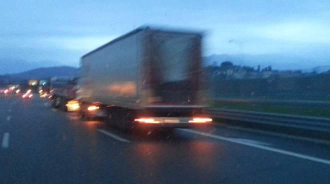 camion fermi in coda su a9