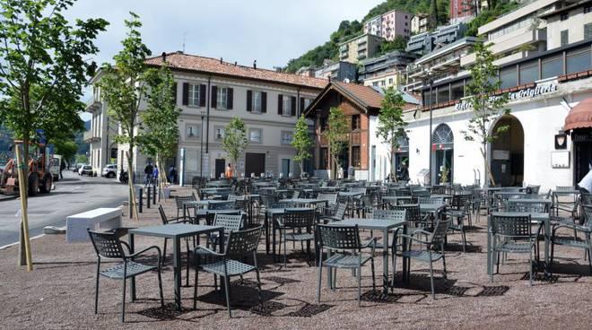 piazza de gasperi a como tavoli e piante