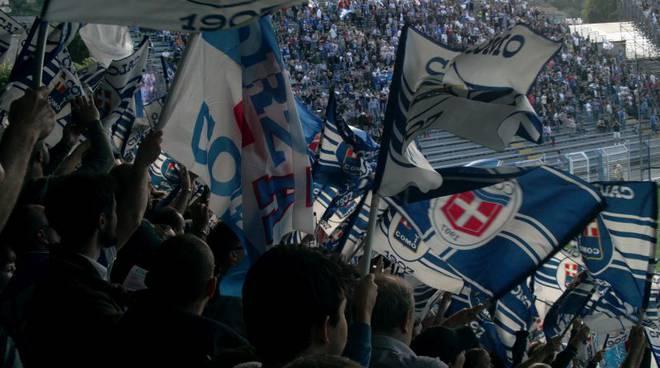 tifosi e bandiere stadio sinigaglia