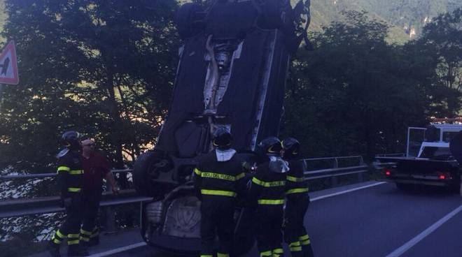 vettura recuperata con gru pompieri