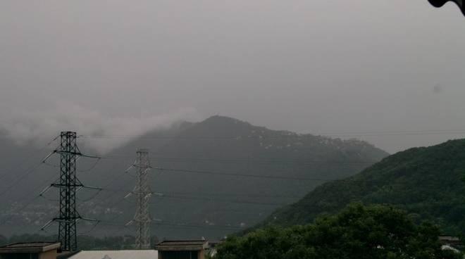 temporale nuvole lago