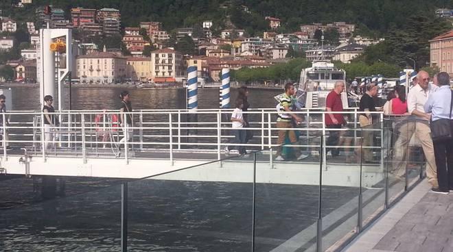 turisti scendono da battello