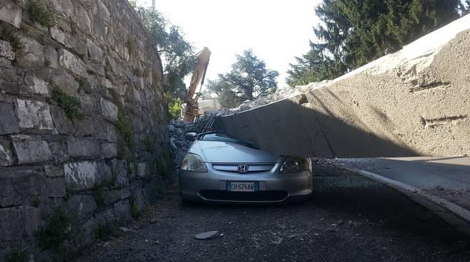 auto schiacciata da trave