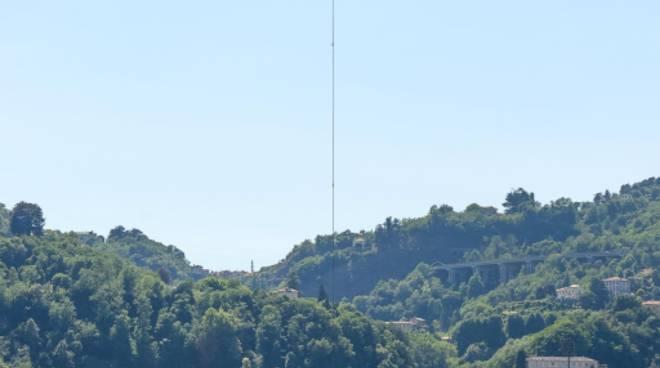 Como posata da un elicottero la prima parte del monumento Libeskind sulla diga foranea