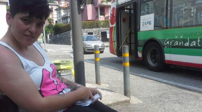 eva aspetta il bus