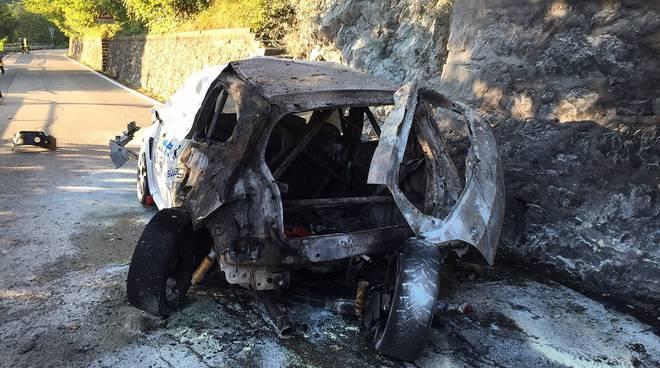 auto rally incendiata