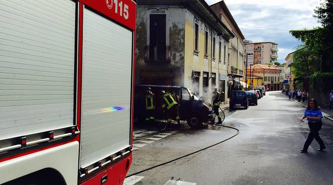 incendio furgone cantù