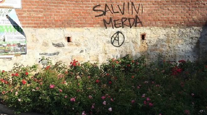 vandali contro salvini