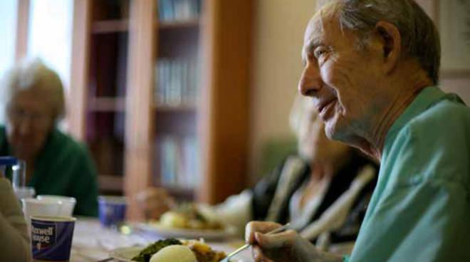Anziani-mangiano-