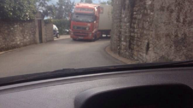 camion bloccato moltrasio