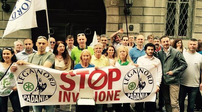 lega striscione stop invasione