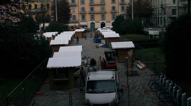 costruzione casette per natale piazza cavour