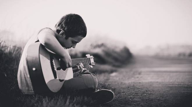 guitar-musicians-boy-monochrome-2560x1600