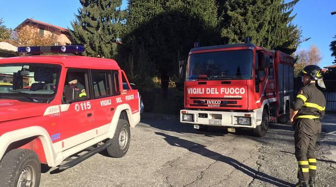 mezzi dei pompieri in strada