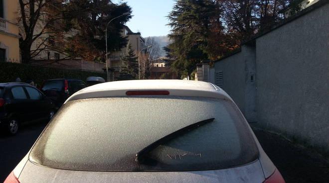 auto ghiaccio sul vetro
