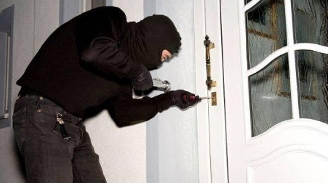 furto-in-casa ladro