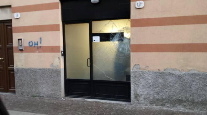via borgovico vetrina danneggiata
