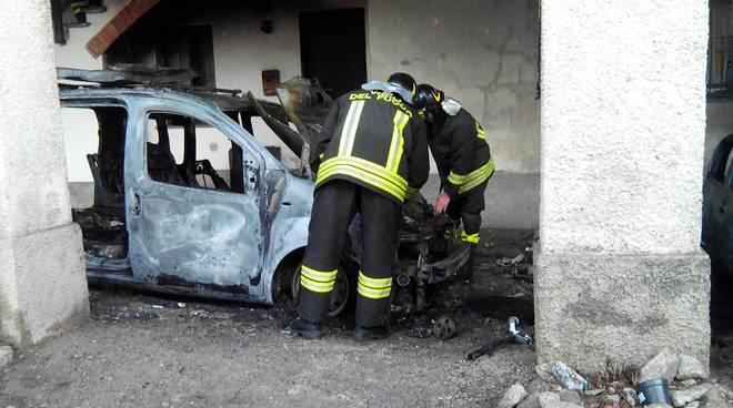auto bruciata pompieri