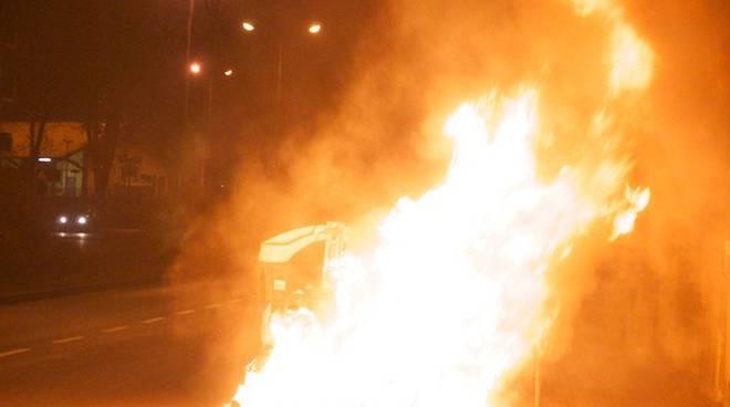 cassonetto in fiamme notte