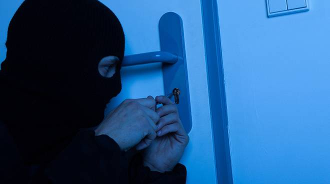 ladro cerca di entrare in casa