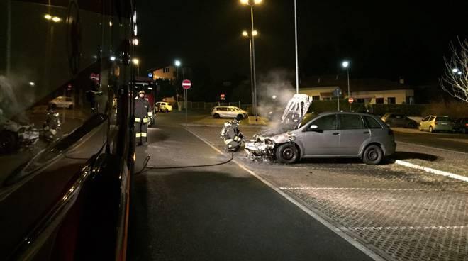 pompieri auto bruciata notte