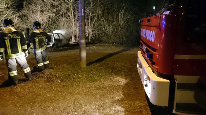 pompieri incendio auto malnate