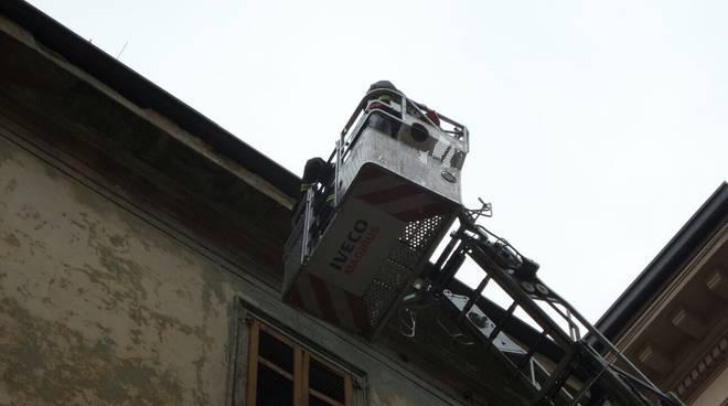 pompieri sistemano cornicione