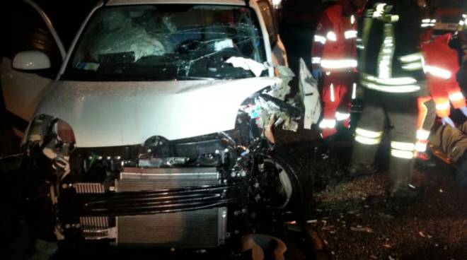 auto incidente a9 distrutta