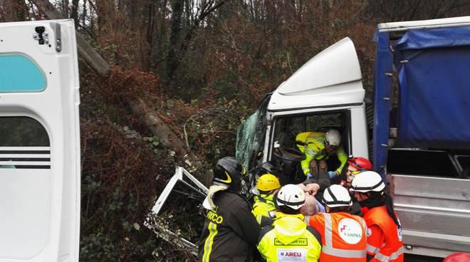 camion fuori strada autista soccorso
