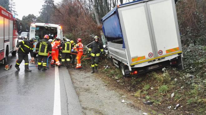 camion uscito di strada oltrecolle