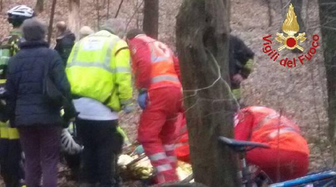 pompieri e 118 soccorso ragazzo caduto bici bosco