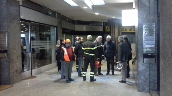 pompieri e tecnici atrio condominio via manzoni como