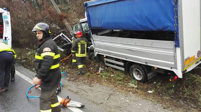 pompieri strada camion contro palo via oltrecolle
