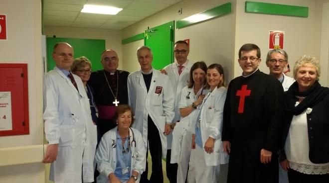 vescovo in reparto ospedale