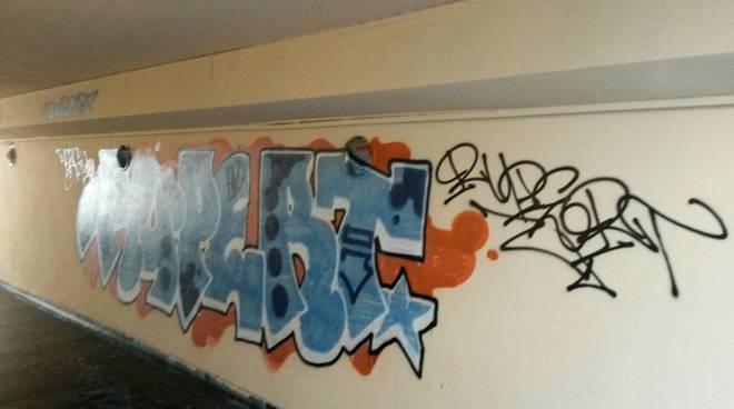altre scritte vandali sottopasso san rocco como