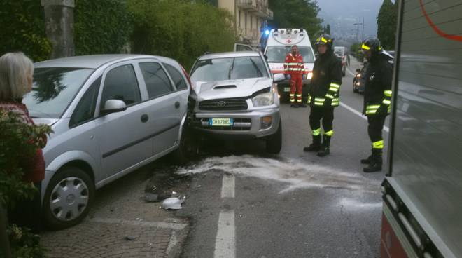 auto danneggiate griante incidente pompieri