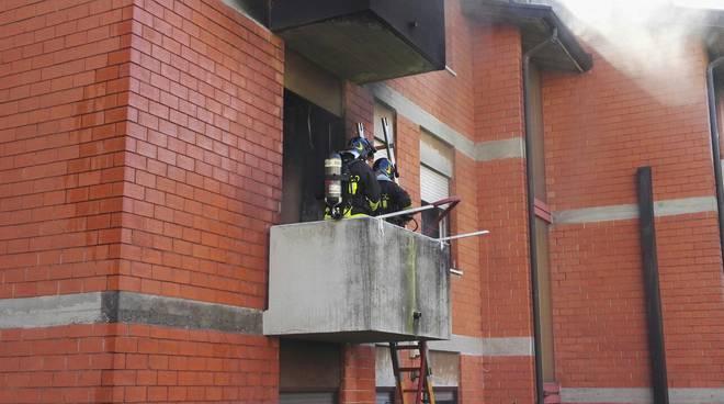 pompieri esterno casa san fermo incendio