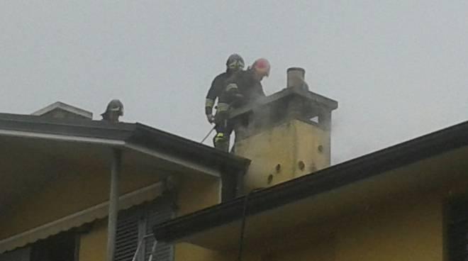 pompieri su tetto incendio canna fumaria