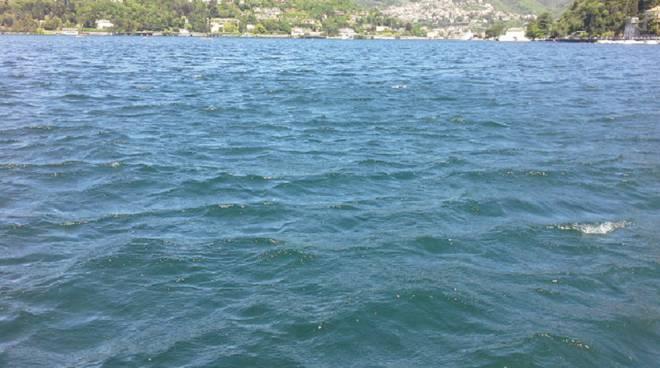 lago increspato da onde vento