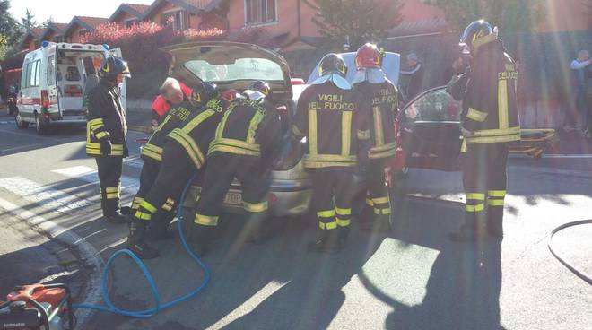 pompieri su auto incidente limido