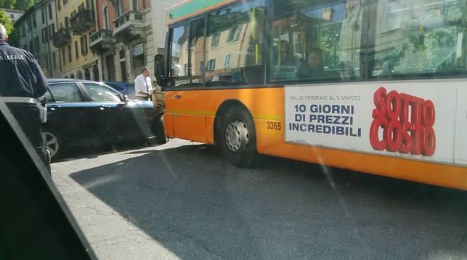 auto contro bus como piazza san rocco