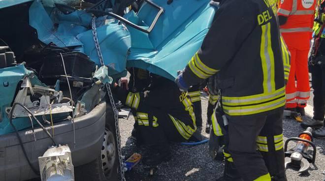 incidente autostrada furgone camion