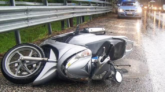 moto a terra incidente pioggia